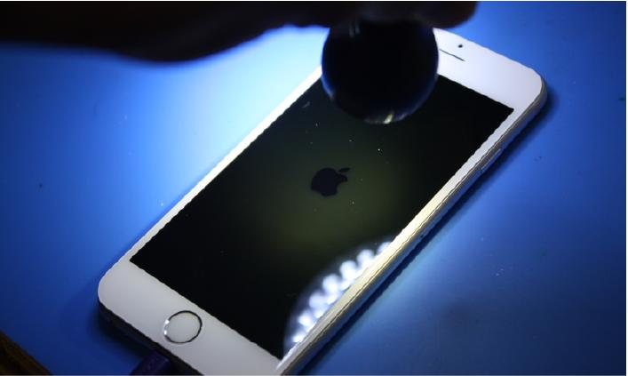 ტელეფონი ეკრანის ქვეშ Flashlight